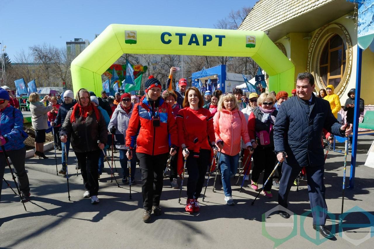 В парке им. Якутова состоялся фестиваль здоровья и северной ходьбы «Ходи, Россия!»