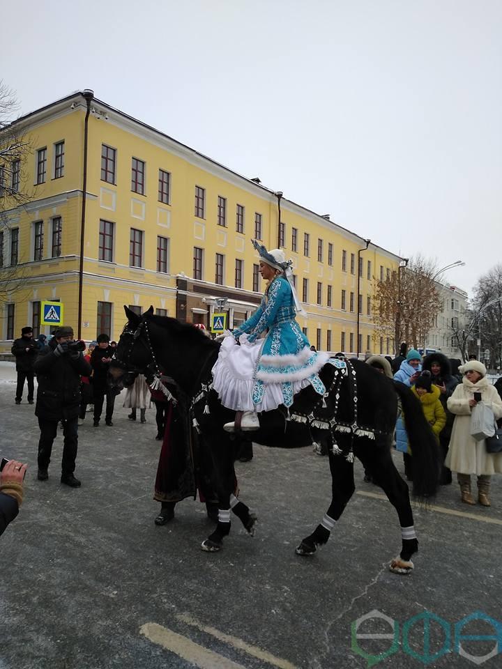 Парад Снегурочек с триумфом прошел по улицам Уфы