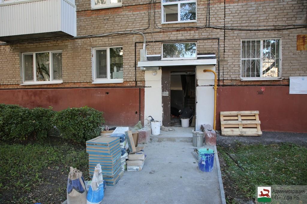 Ульфат Мустафин и Борис Беляев проинспектировали ход комплексного ремонта подъездов