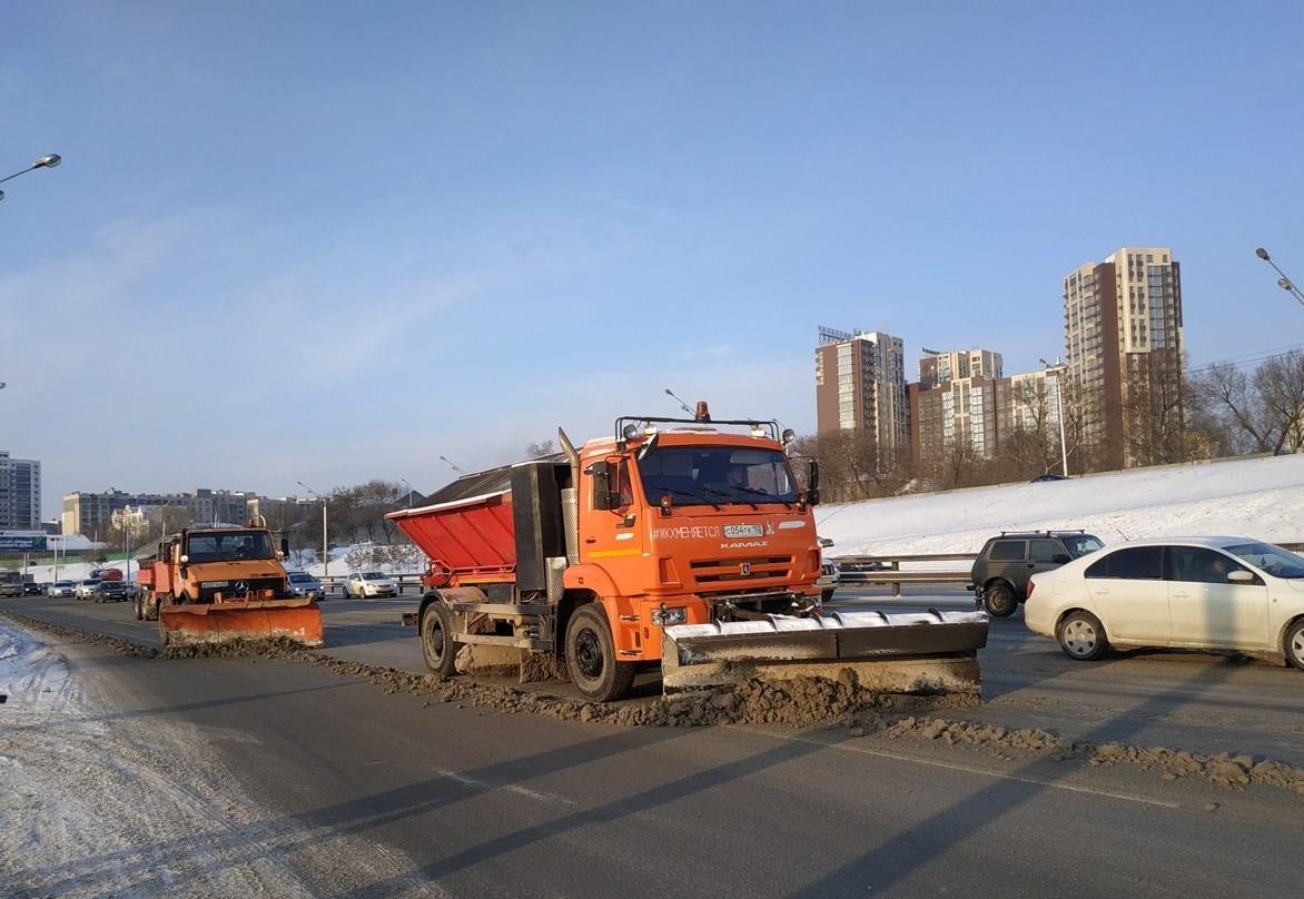 В Уфе для безопасности на дорогах применяются противогололедные материалы