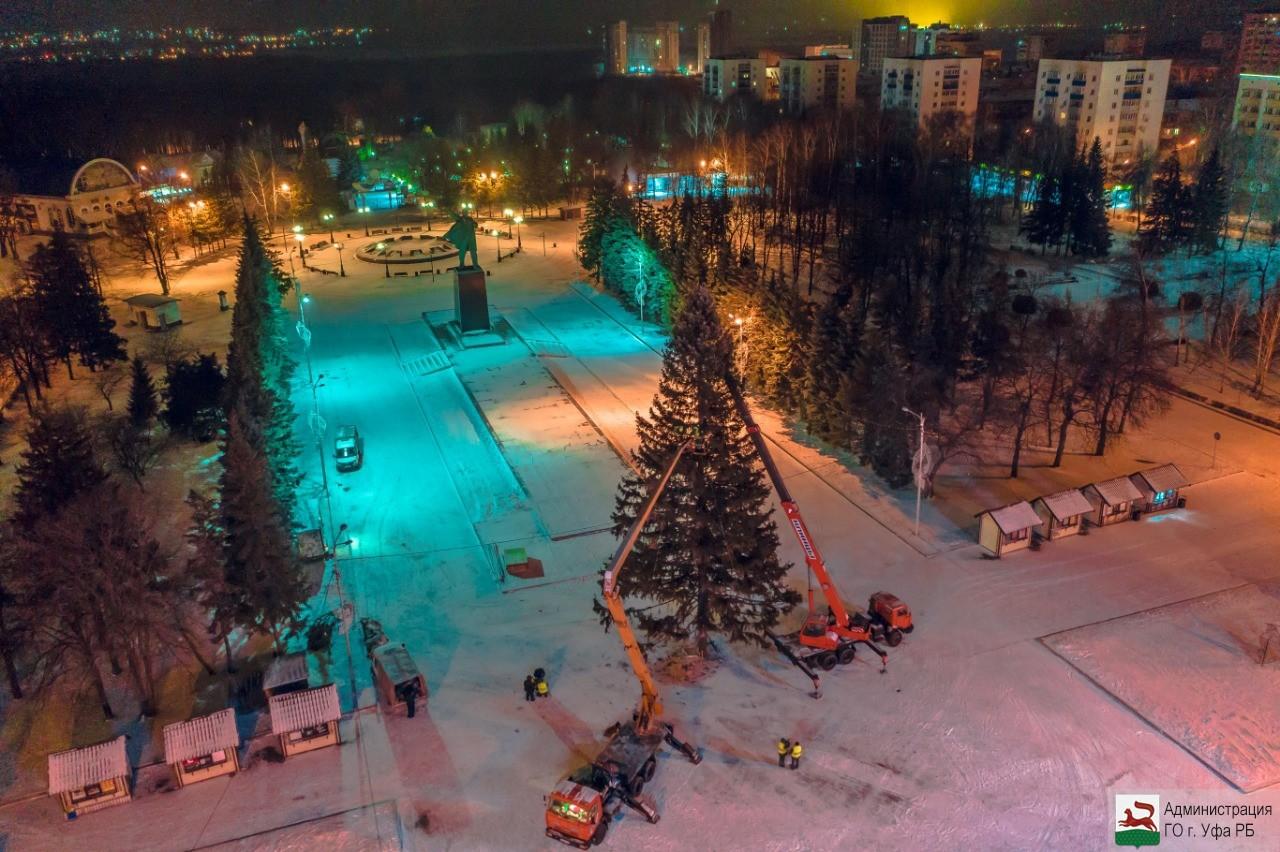 На площади имени Ленина в Уфе установлена столичная новогодняя елка
