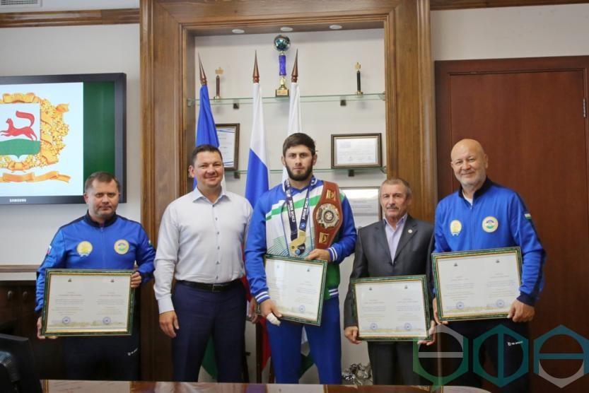 В мэрии Уфы состоялась встреча с чемпионом мира по борьбе Адланом Амриевым
