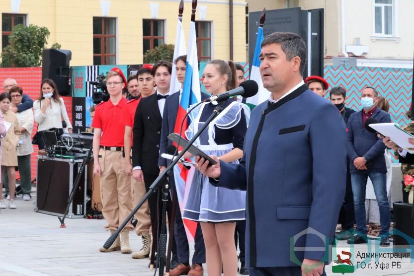 В День знаний в 128 школах Уфы прошли торжественные линейки